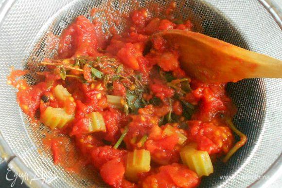 Снять с огня и протереть смесь (кусочки томатов) через сито.