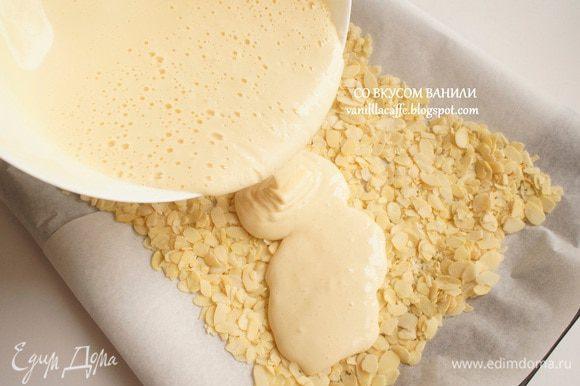 Вылить тесто. Поставить в духовку и выпекать минут 10-15, до готовности.