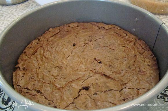 Сначала может показаться, что корж сырой, но когда он остынет - станет намного плотнее!