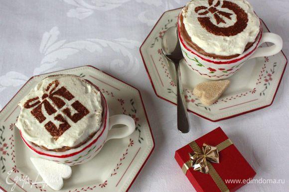 Сливки взбить с сахарной пудрой до мягких пиков. Половину отложить в другую миску и смешать с сухим растворимым кофе и 0,5 ч.л. какао, взбить. Нанести на кексы перед подачей сначала кофейные сливки (они более густые, чем белые), разровнять. Это будет имитация кофе в чашке. Сверху выложить белые сливки, присыпать какао.Приятного аппетита!