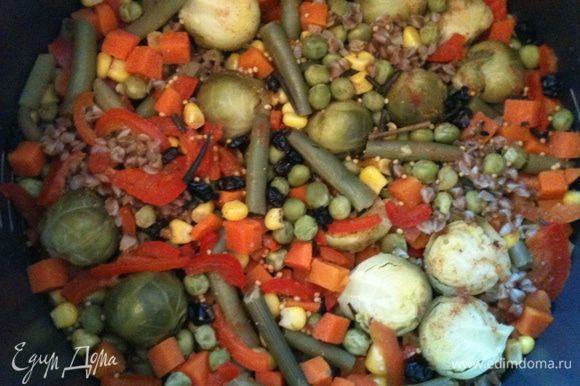 После того как гречка приготовилась приправила 2 ст. л. соевого соуса, 2 ст.л. оливкового масла, 1 ч.л. бальзамического уксуса и свежемолотый перец.