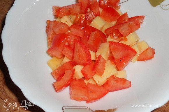 Нарезать помидор и твердый сыр.