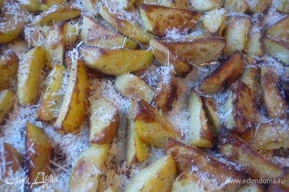 Посыпать картофель пармезаном, отправить в духовку до готовности.