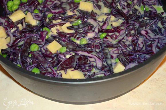 смешиваем заливку с овощами и сыром, все перемешиваем. Выложить в форму для запекания, смазанную маслом. Выпекать 40 минут при 180 гр.