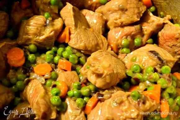 Добавить мясо к овощам и обжаривать 10 минут.