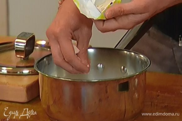 Дрожжи развести в теплом молоке, добавить сахар, соль и оставить набухать.