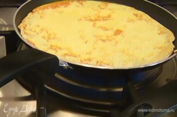 Разогреть сковороду и испечь блины.