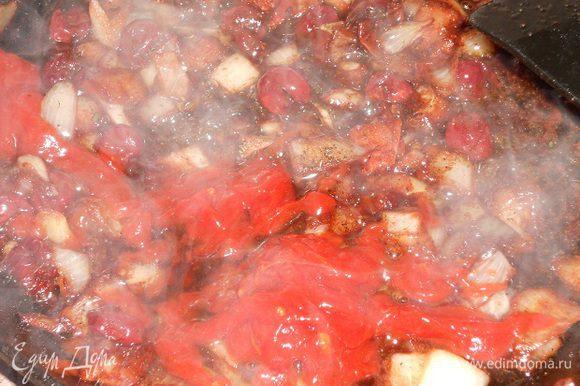 Затем добавить томатный соус (у меня сацибели), половину стакана воды и протушить около минуты, посолить, если нужно, по вкусу. Соус можно пропустить через блендер по желанию.