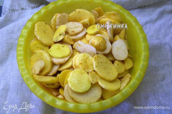 Картофель чистим, моем, нарезаем тонкими кружочками. В глубокой миске перемешиваем нарезанный картофель с солью, перцем и другими пряностями.