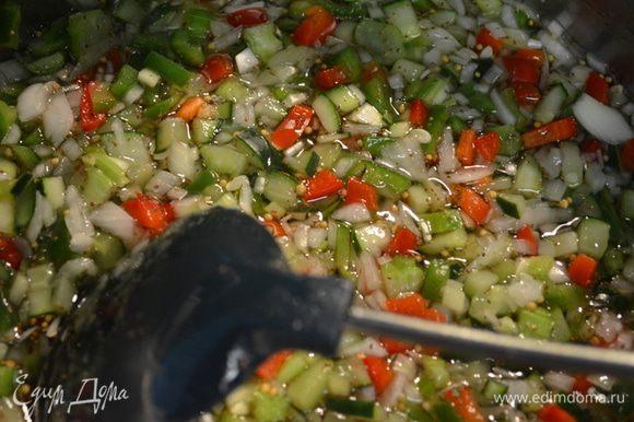 Как сахар растворился добавим овощи промытые и тушим примерно 10 мин.