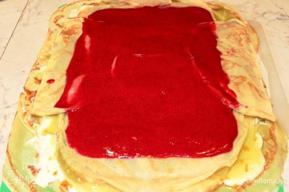 Накрыть зеленую начинку блинами (2 или 3) и выложить на них красную начинку № 3. Поставить в морозильную камеру минут на 15-20