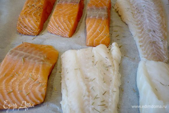 Филе двух сортов рыбы промываем в проточной воде, вытираем бумажным полотенцем. Выкладываем на застеленный пергаментом противень, солим, перчим и посыпаем розмарином. Сбрызгиваем оливковым маслом. На фото у меня вся рыбка, которую я в тот момент готовила (на обед малышам)))). Ставим рыбу в духовку на 15 минут.
