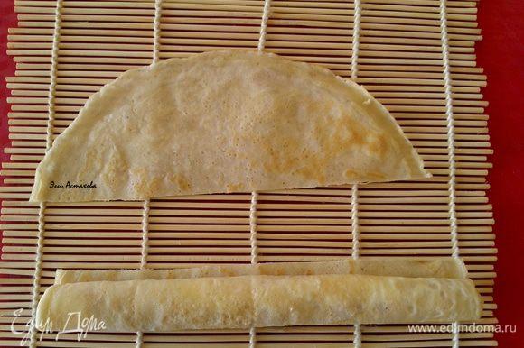ЗАВОРАЧИВАНИЕ ФРУКТОВОЙ НАЧИНКИ ИЛИ СГУЩЕНКИ: Теперь скручиваю третий: выкладываю практически на край колбаской сладкую начинку (джем или сгущенку) вдоль края блина и аккуратно закручиваю в ролл. Делаю 1-2 оборота, чтобы начинка со всех сторон была окружена блином. И отрезаю острым ножом оставшийся блин. Все, третий тонкий блинный рулетик готов.