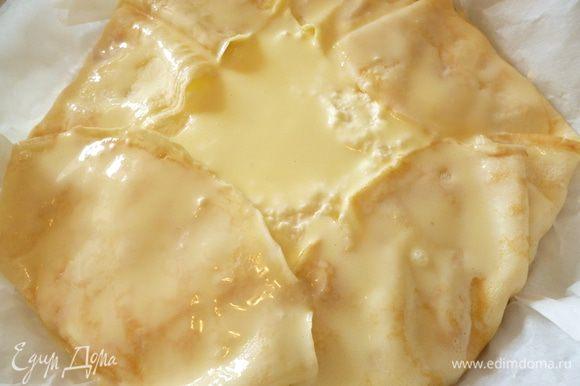 Взбить венчиком яйцо с сахарной пудрой и сметаной,смазать поверхность пирога.