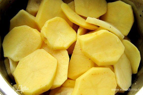 Картофель нарезать тонкими кружочками. Посолить, поперчить, приправить карри. Оставить на 15 мин.