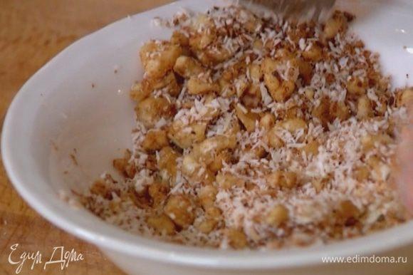 Предварительно размягченное сливочное масло растереть с кокосово-ореховой смесью.