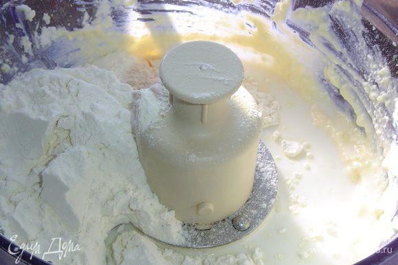В оставшуюся молочную смесь добавляем соду, перемешиваем и добавляем в творожно-яичную массу, также добавляем муку, соль, сахар (я добавила 0,5 чайной ложки соли и 1 чайную ложку сахара) и взбиваем до однородной массы.