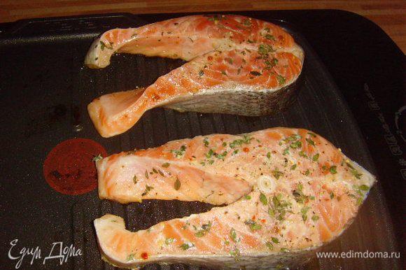Тем временем приготовим рыбу. Я делала её на гриле, но можно и на сковороде, поджарив с обеих сторон и доведя её до готовности в духовке.