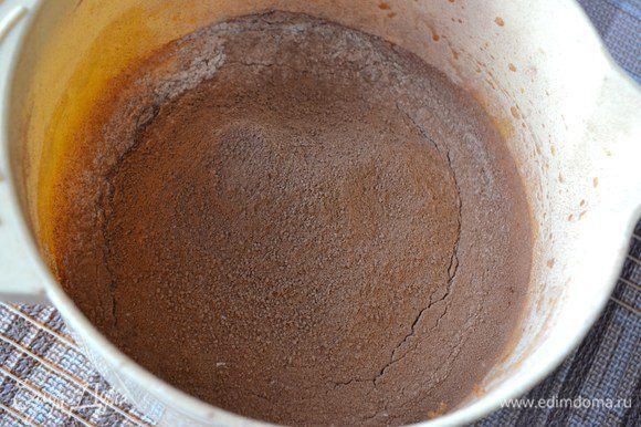 Небольшими порциями всыпать муку с какао. Хорошо взбить, чтобы не было комочков.