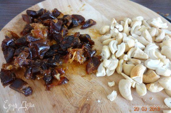 Орехи подсушить в разогретой до 180 С духовке, поломать на небольшие кусочки, финики освободить от косточек и не крупно порезать.