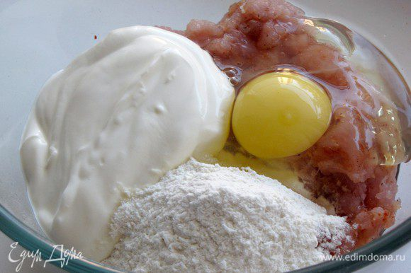 Туда же добавьте яйцо, сметану, 1/4 ст. муки и все хорошо перемешайте.