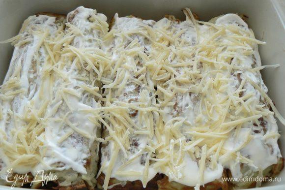 Смазать рулетики сметаной, посыпать натертым сыром и порезанной зеленью.