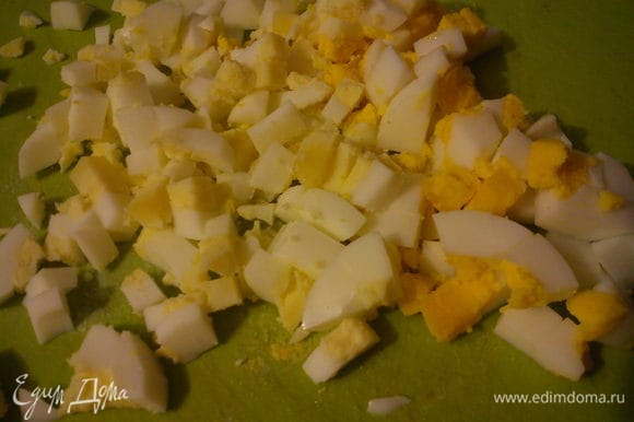 Яйца отварить и нарезать небольшими кубиками