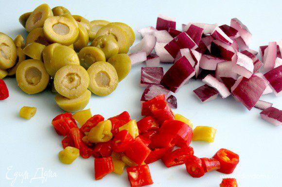 Пока запекается картофель, порежьте оливки на кружочки. Лук и перец порежьте на кусочки размером примерно 1 см.