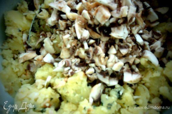 Соединяем с пюре,добавляем 2-3 ст.л. муки и тщательно перемешиваем! Можно добавить приправы для картофеля.