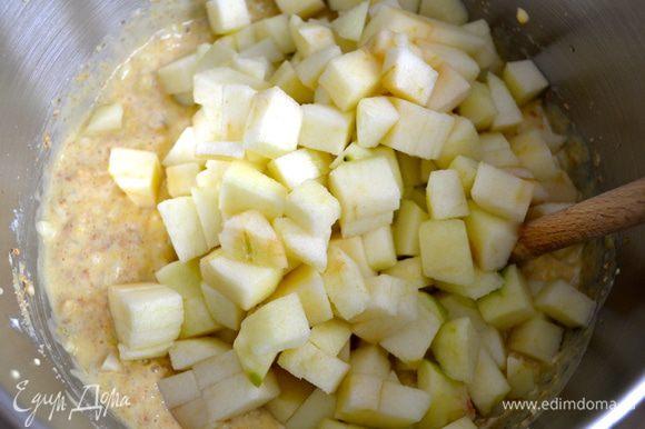 нарезанные яблоки, разрыхлитель, столовую ложку рома (я не добавляла), крахмал и щепотку соли.