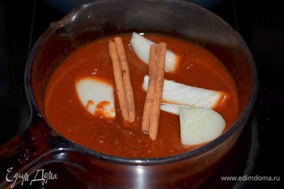 Вылить в кастрюльку после блендера, выложить лук и палочку корицы. Поставить на огонь тушить и помешивать примерно 1 час.