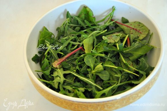 Первый слой салатные листья, сбрызнуть соком лимона.