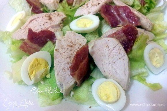 На большое блюдо, укладываем: листья салата. На листья выкладываем грудку, затем тоненькие кусочки бекона. Затем разрезанные на половинки перепелиные яйца...