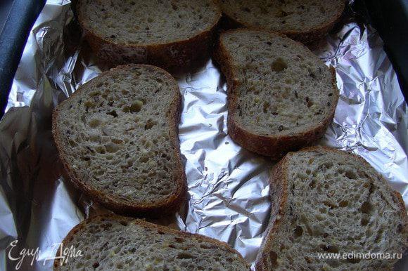 Хлеб нарезаем средне, смазываем оливковым маслом и отправляем в духовку 220 гр минут на 10.