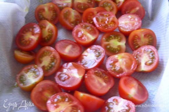 Черри разрезаем напополам, выкладываем в форму для запекания (на бумагу для выпечки), взбрызгиваем оливковым маслом и запекаем в духовке 10 минут.