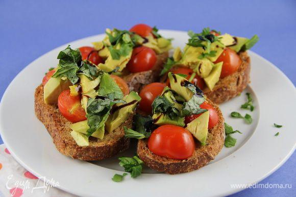На хлеб выкладываем черри, затем авокадо и рукколу или рубленную зелень. Сверху взбрызгиваем бальзамическим уксусом (я использовала соус, он придает пикантно-сладкую нотку) и подаем. Приятного аппетита)))
