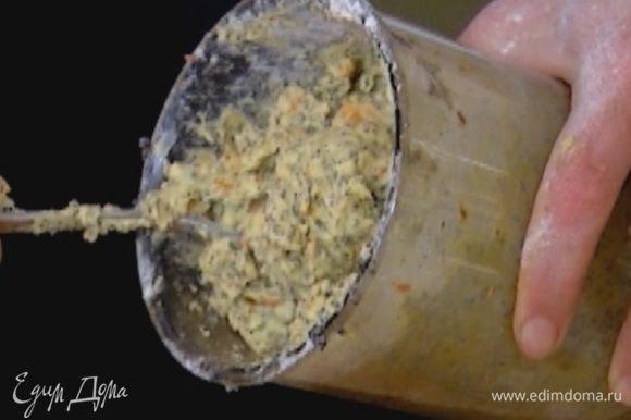 Добавить 2 ст. ложки муки, разрыхлитель и соль, вымешать, затем добавить оставшуюся муку и еще раз вымешать.