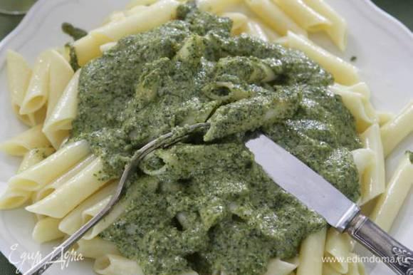 Откинуть макароны на дуршлаг, переложить в тарелки, приправить их соусом и подавать.