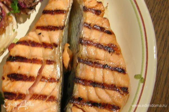 Разогреть сковороду-гриль. Жарить семгу по 3−4 минуты на каждой стороне, затем отодвинуть семгу в сторону и обжарить рядом хлеб.