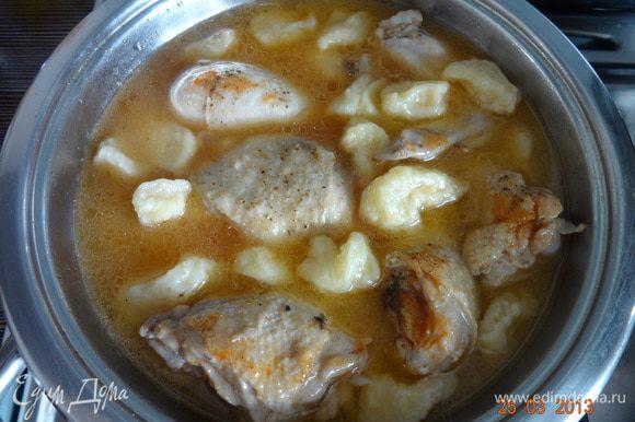 В сковороду с курицей добавить томатную пасту, галушки и потушить еще 5-7 минут, выложить в глубокие тарелки, полить бульоном.
