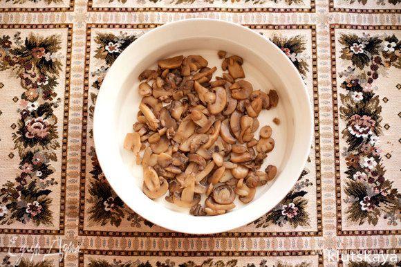Разогреваем духовку до 220С. В огнеупорную форму выкладываем слой грибов.