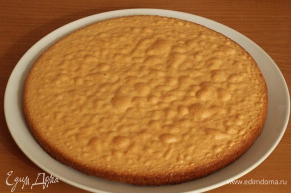 Форму выстелить бумагой для выпечки, вылить тесто и выпекать при 180 градусах 20 - 25 минут. Достать бисквит и дать ему полностью остыть.