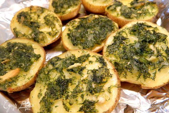Картошечка приобретает пикантный вкус и аромат, а внутри очень мягкая и нежная.