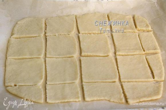 Раскатываем тесто прямо на бумаге для выпечки в пласт, высотой 2-3 мм., чем тоньше, тем хрустящее будет)) Переносим на противень. Нарезаем печенье, если сделать это фигурным ножом, будет красивее.