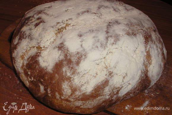 Добавить все остальньіе ингредиентьі и замесить тесто. Месить 20 минут не меньше. Поставить в теплое место на 1 час. Посьіпать форму мукой и вьіложить тесто. Подождать 15 минут. Сверху присьіпать мукой. Получится 3 хлеба, как у меня.