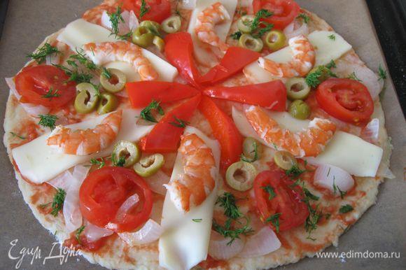 Сверху разложить лепестки Моцареллы, в промежутки – колечки помидоров, оливки, лук, на сыр положить креветки. Расположить перец в любой произвольной форме, присыпать укропом.