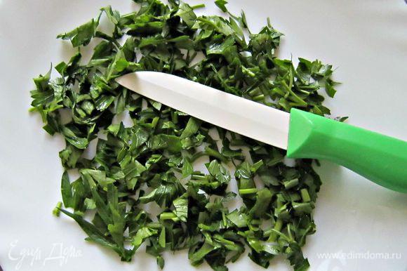 Тем временем мелко порубить зелень и перед подачей посыпать блюдо.