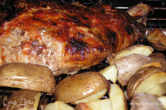 В разогретую духовку поставить курицу и картофель. Запекать 30 минут при температуре 200 С.