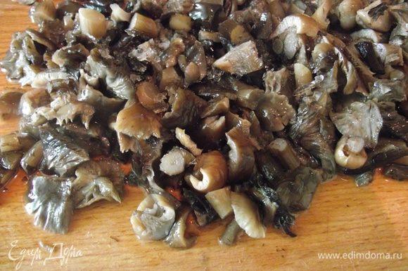 Овощи отвариваем до готовности. Остужаем. Нарезаем мелко лук и обжариваем, добавляем грибы, солим и перчим по вкусу. Жарим до готовности. Подойдут любые грибы.