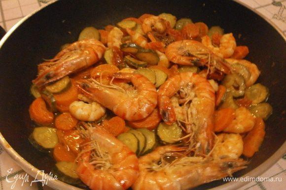 Выложить креветки в сковороду с овощами, накрыть крышкой и протушить 2-3 минуты. За это время смешаются вкусы нашего блюда. В это время можно подготовить и нарезать свежий салат.